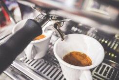 Kaffeemaschine bereitet Espresso zu