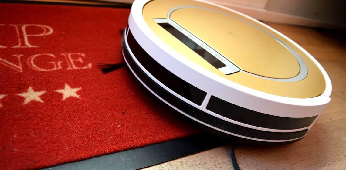 Saugroboter ILIFE X5 steht halb auf einer Fußmatte