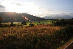 Bahnfahrt-Fensterblick auf das Murnauer Moos und Ettaler Manndl beim Sonnenuntergang
