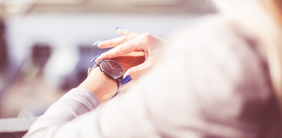 Armbanduhr am arm frau  24-Stunden-Uhr und Einzeiger-Uhr - gelassen mit der Zeit umgehen