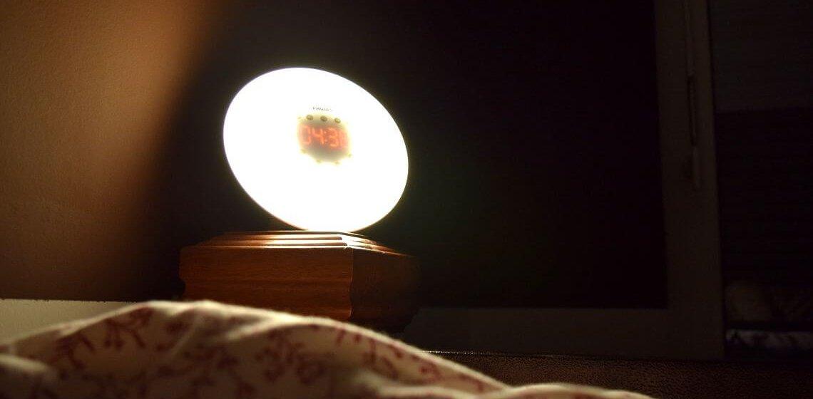 Lichtwecker von Phillips leuchtet am Bett