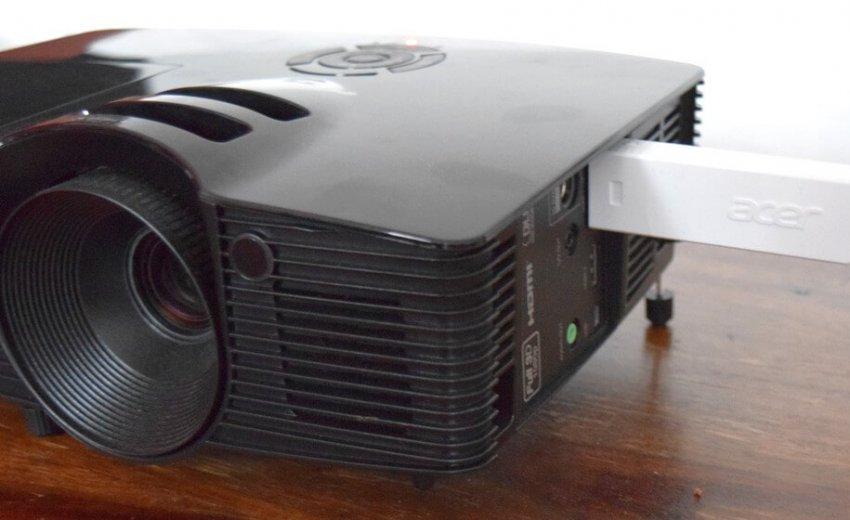 Beamer mit eingestecktem Wireless HDMI-Empfänger