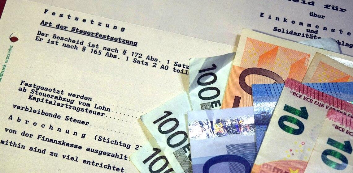 Steuerbescheid mit Euro-Geldscheinen