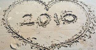 """In den Sand gezeichnetes Herz mit Inschrift """"2016"""""""