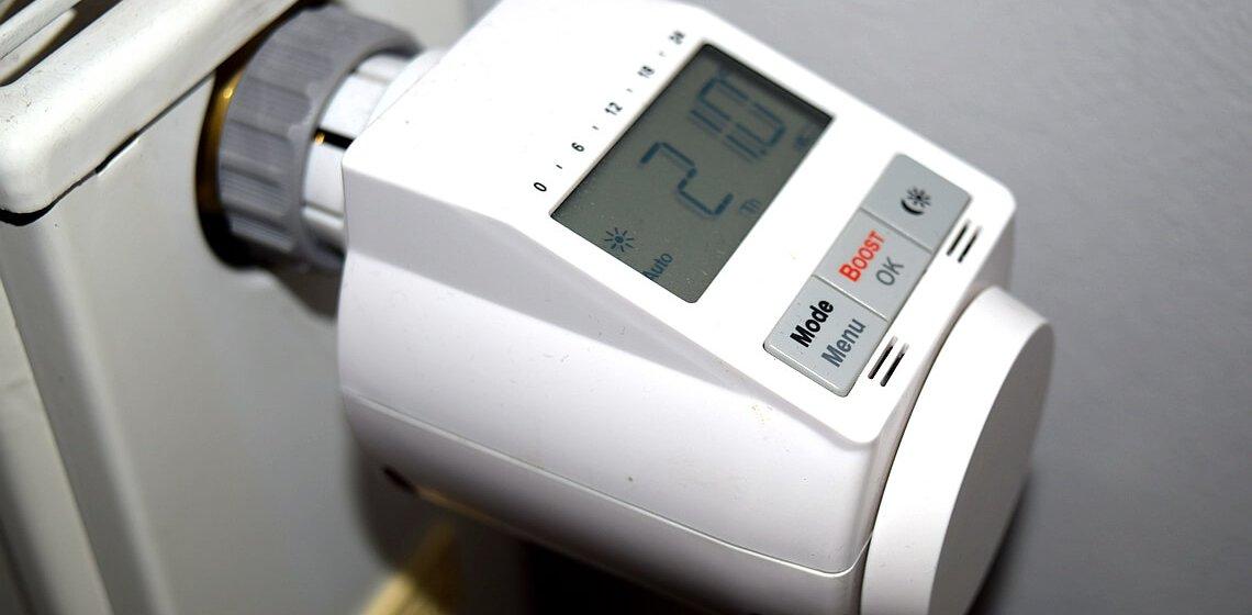 Programmierbarer Heizungs-Thermostat an Heizkörper angeschraubt