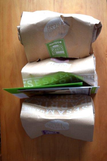 Drei HelloFresh-Papiertüten mit Zutaten für Rezepte