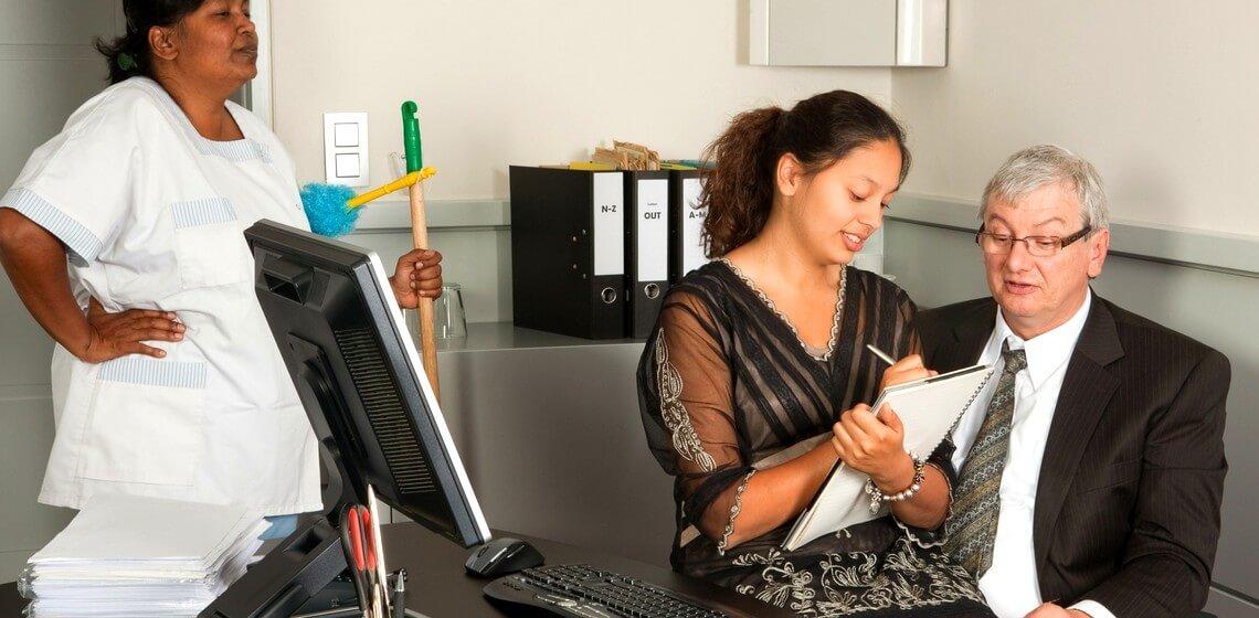 Spracherkennung analog: Sekretärin sitzt auf Schoß des Chefs um Diktat zu notieren