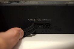Rückseite des Muvo Mini mit USB- und Netzanschluss unter Gummilasche