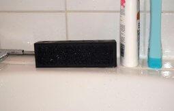 Bluetooth-Lautsprecher auf Badewannenrand