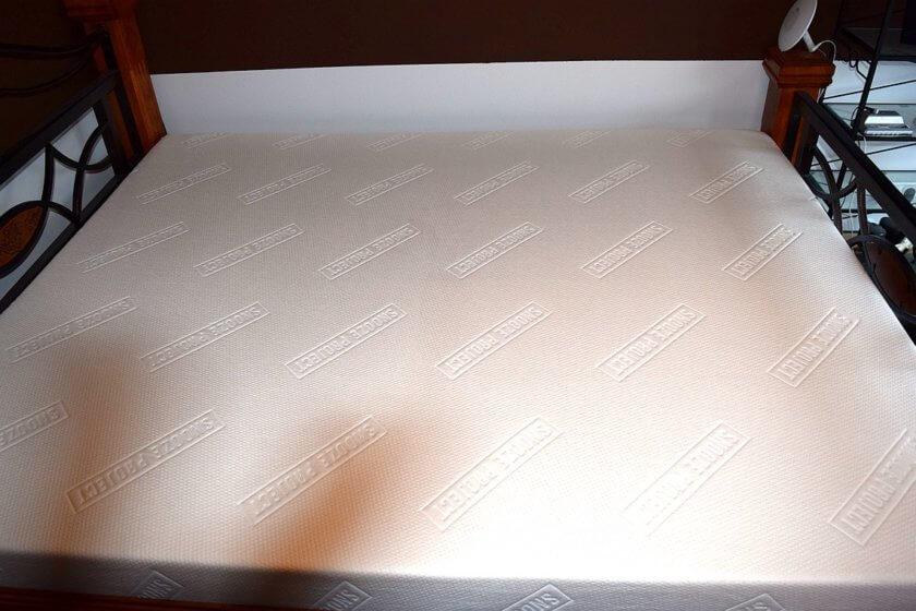 Snooze Project Matratze mit in Bettbezug eingearbeitetem Logo